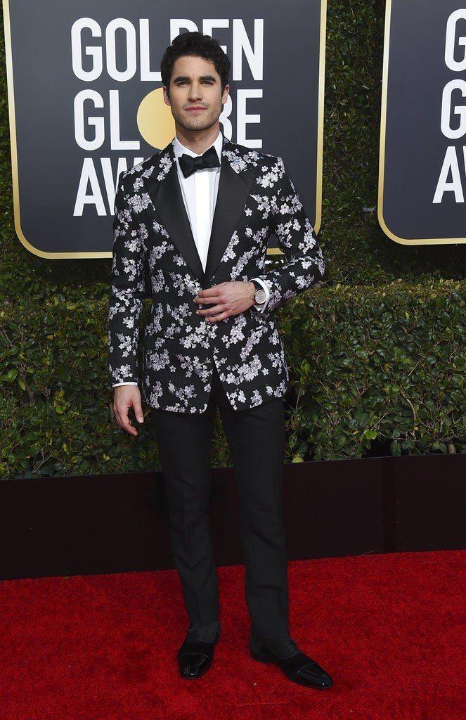 入圍迷你影集或電視電影類男主角的Darren Criss則穿上帶有櫻桃刺繡的Di...