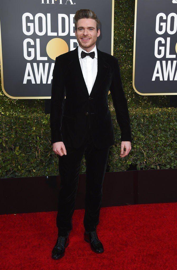 Richard Madden以Giorgio Armani的藍黑色絨面西裝出席第...