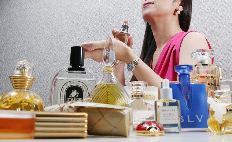 皮膚科醫師建議,使用香水時,不可直接朝眼睛與口鼻噴灑,應噴灑在衣服上,避免與皮膚...