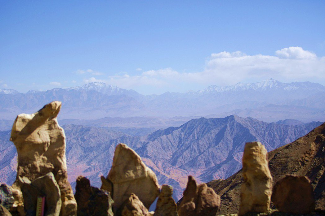 大陸水利專家提出「藏水北調」構想,圖為新疆且末縣境內的東昆侖山脈。(中新社)