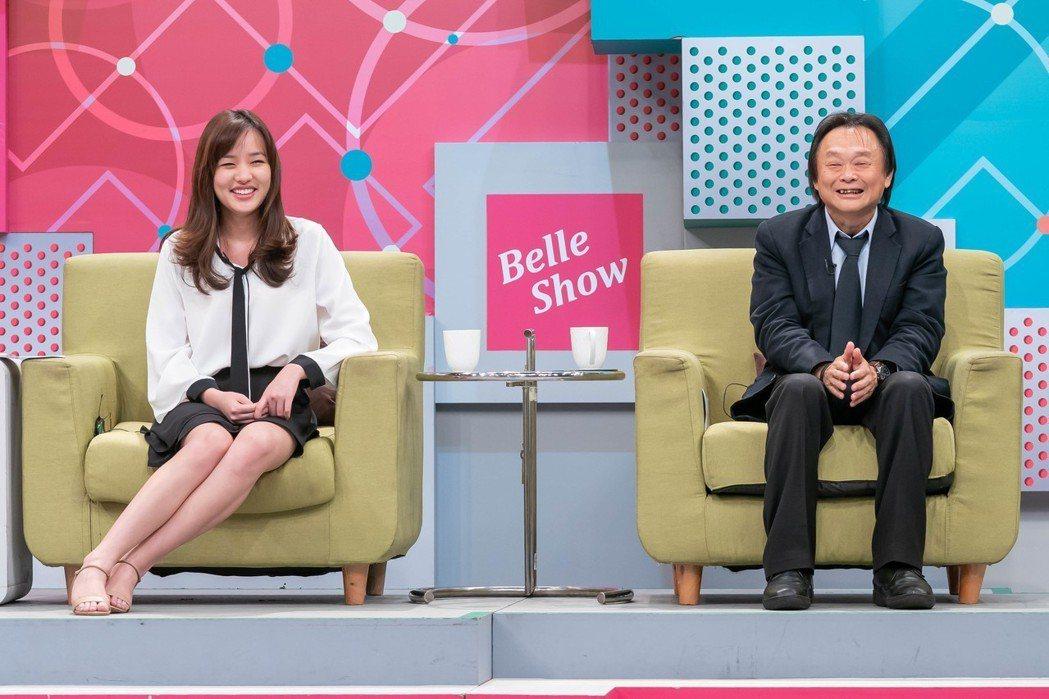 韓冰(左)曾和王世堅同台錄影,王露出害羞笑容。 圖/TVBS提供