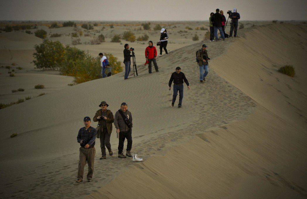 新疆麥蓋提縣周邊的沙漠景觀。若「藏水北調」實現,恐將改變此地生態。(中新社社)