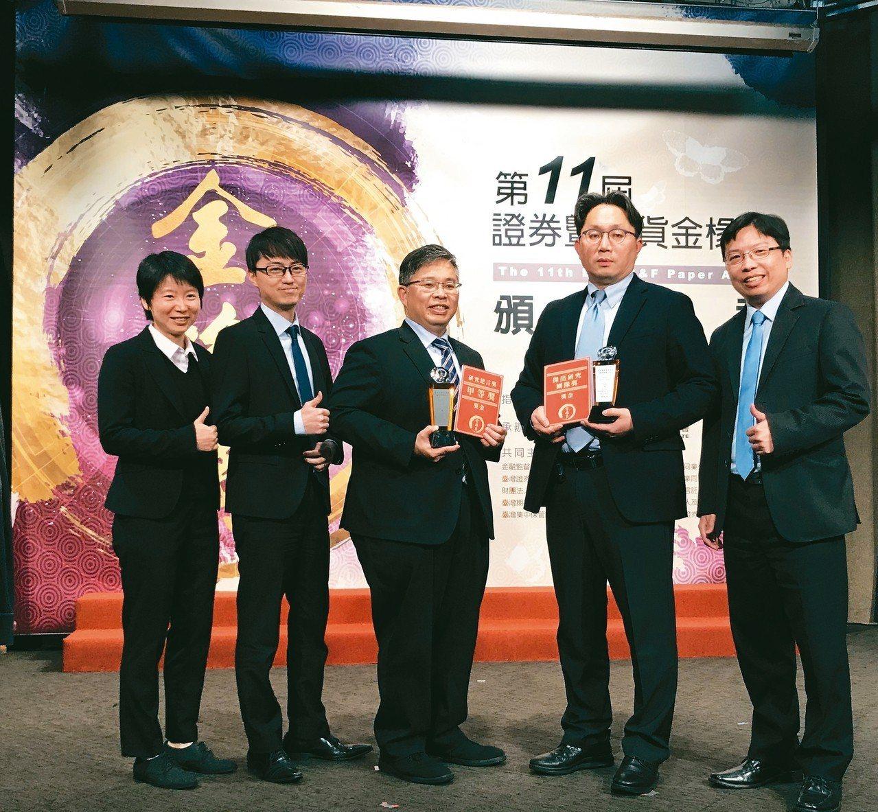 元大投信總經理劉宗聖(右二)率領團隊領取金椽獎。 元大投信/提供