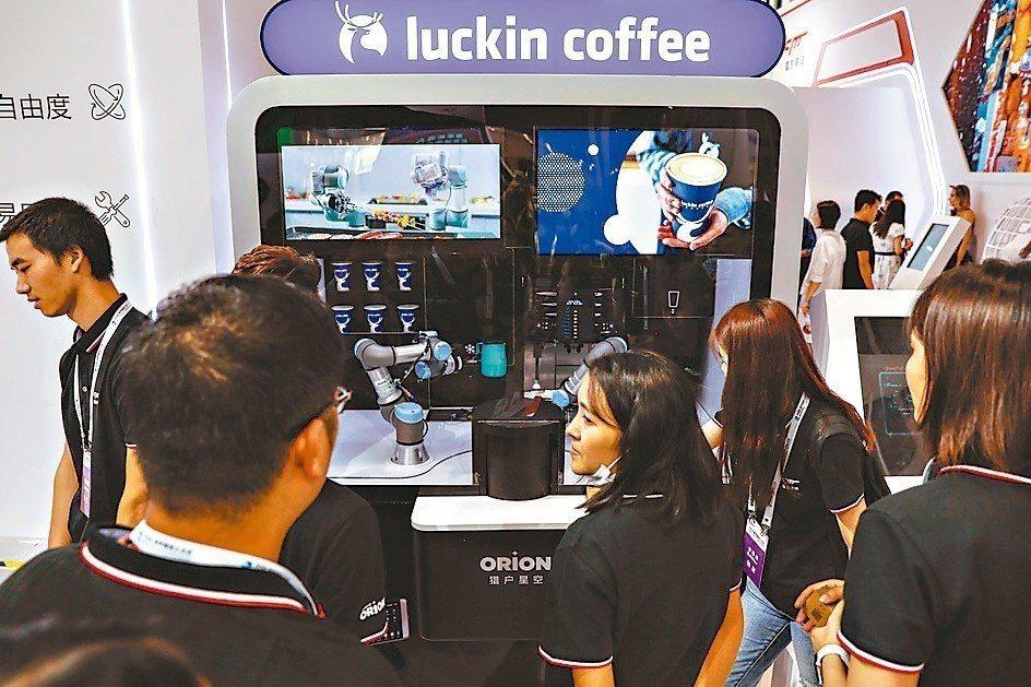 瑞幸咖啡預估去年虧損,2018全年將虧損遠超過39億元。圖為機器人泡咖啡情景。 ...