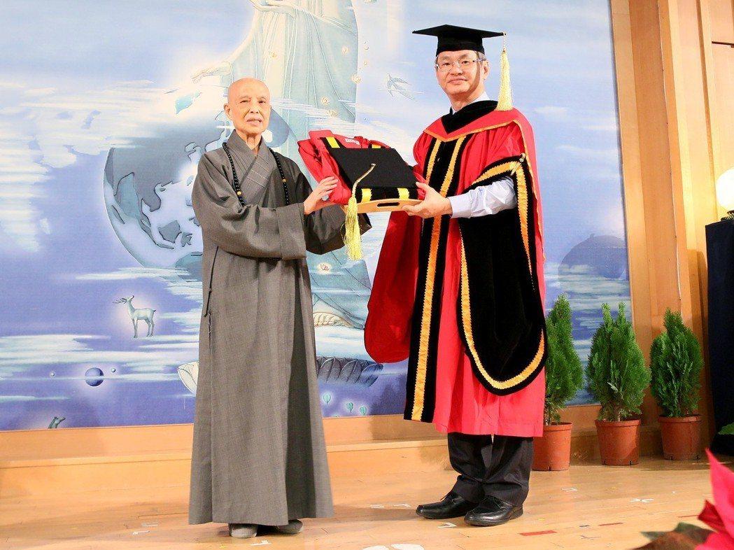 中正大學校長馮展華(右)將名譽文學博士學位授予證嚴法師。 圖/中正大學提供