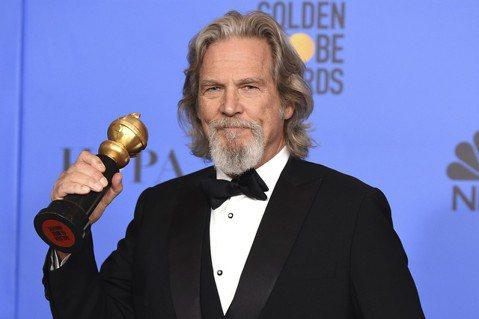 今年金球獎終身成就獎頒給69歲美國男星傑夫布里吉(Jeff Bridges),他從影超過一甲子,曾多次入圍金球獎最佳男演員與最佳男配角,他最廣為人知的作品為「瘋狂的心(Crazy Heart)」、「...