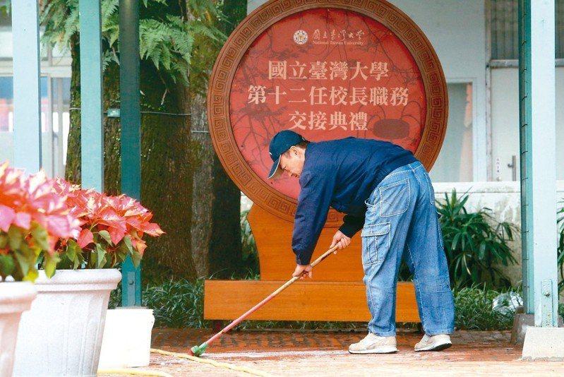 台灣大學校長當選人管中閔預定明天上任,台大校方今天忙著布置交接典禮會場,希望爭議多時的校長遴選風波,能在交接典禮後順利落幕。 記者胡經周/攝影
