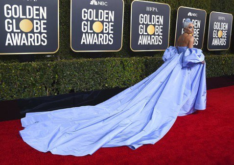 一年一度金球獎頒獎典禮今天在加州洛杉磯登場,艾美亞當斯、葛倫克蘿絲和楊紫瓊等女星陸續現身紅毯。女神卡卡首度跨行演電影就有令人驚豔演出,料成為大贏家。頒獎典禮開始前,影星在紅地毯爭妍鬥豔。以「為副不仁...