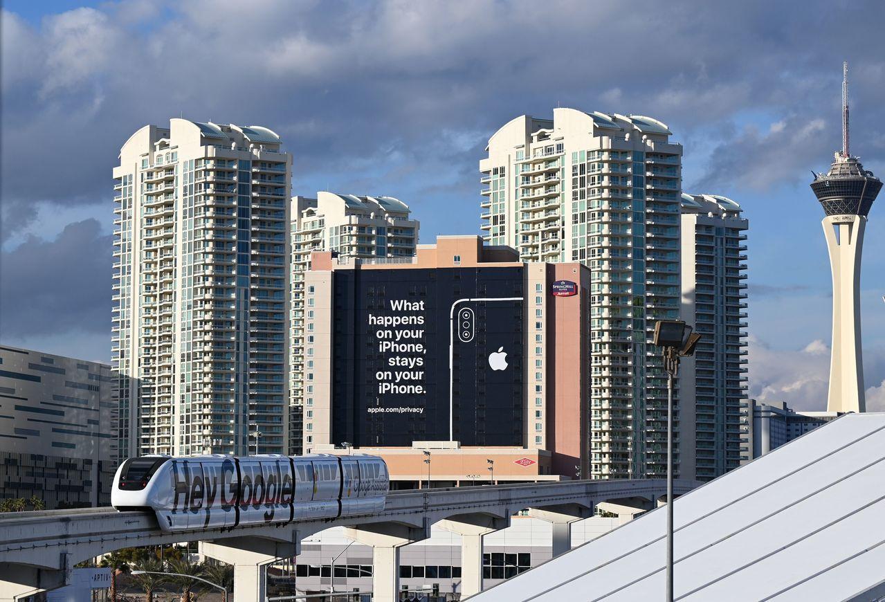 蘋果(Apple)在看板上說:「在你iPhone上發生的所有事,都只會留在你的i...