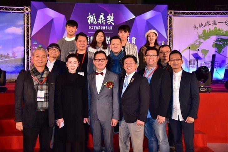 中國科技大學室內設計系師生於亞太桃鼎獎頒奬典禮現場合影。 校方/提供
