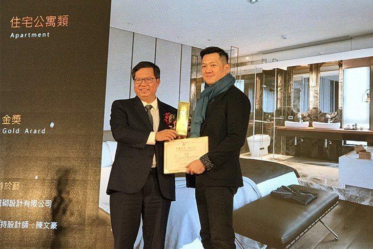 中國科技大學室內設計系碩士生獲桃鼎獎金奬,由桃園市長鄭文燦親自頒奬。 校方/提供