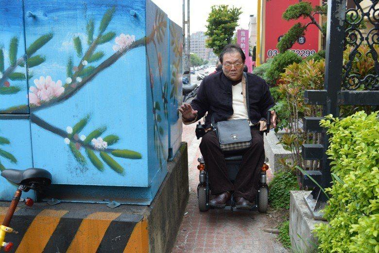 以車優先、剝奪行人步行權利、忽視身心障礙者需求,是台灣人行道的現況。 圖/聯合報...