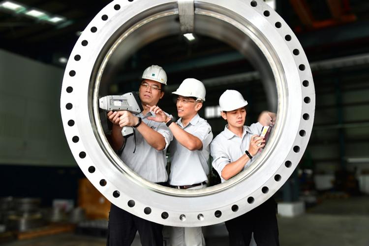 進典工業熱衷挑戰的不可能的技術,這64吋的高值閥全亞洲找不到第二顆,而進典員工每...