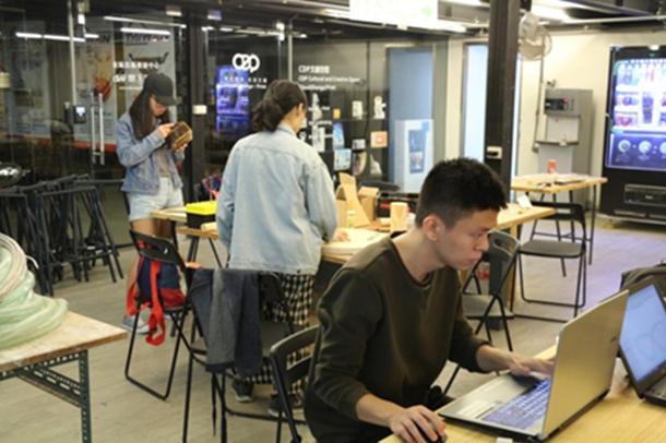 為培養產業人才,自造者空間提供電子、機械、金工、3D列印、陶瓷、攝影棚於一體的創...