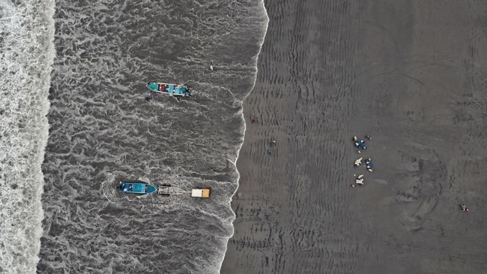 漁船正在離開Santa Marianita的海岸。