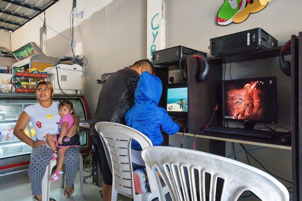 店裡的設備看起来其實還不錯,左邊在照看孩子的是Katherine Alvia。