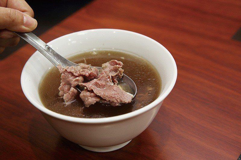 牛肉湯100元/小/採用台灣溫體牛,鮮味一嚐就知道!