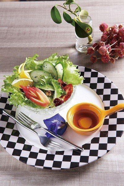 無毒農場有機生菜佐義式香料橄欖油80元/選用無害農產蔬食,為旅人的健康把關。