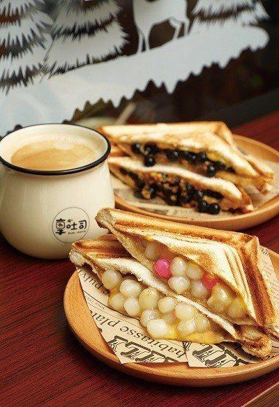 湯圓奶茶50元(前)/獨家研發比例的奶茶醬融合粒粒繽紛的小湯圓,另加入起士中和甜...