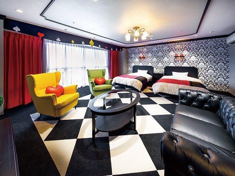 開門瞬間讓人忍不住驚呼的「愛麗絲房」,以撲克牌為室內裝潢意象,打造愛麗絲夢遊仙境...