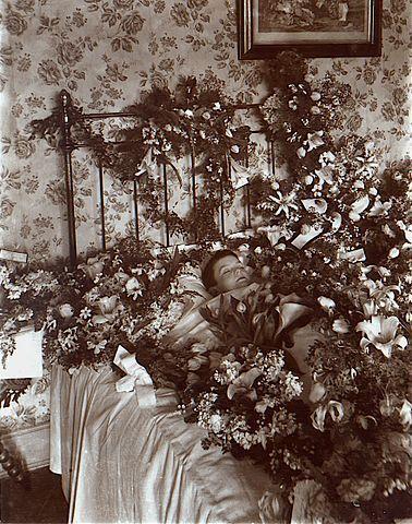 蓋滿鮮花的孩童遺照 ( 圖片來源: Wikimedia Commons )