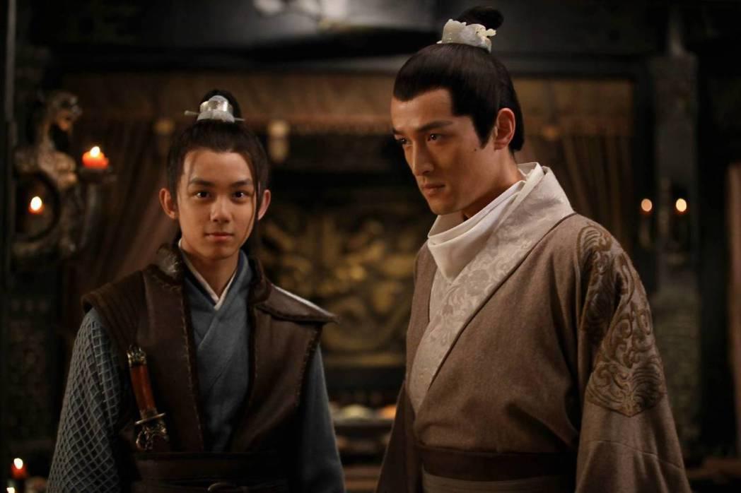 胡歌(右)與吳磊合作「琅琊榜」。圖/摘自微博