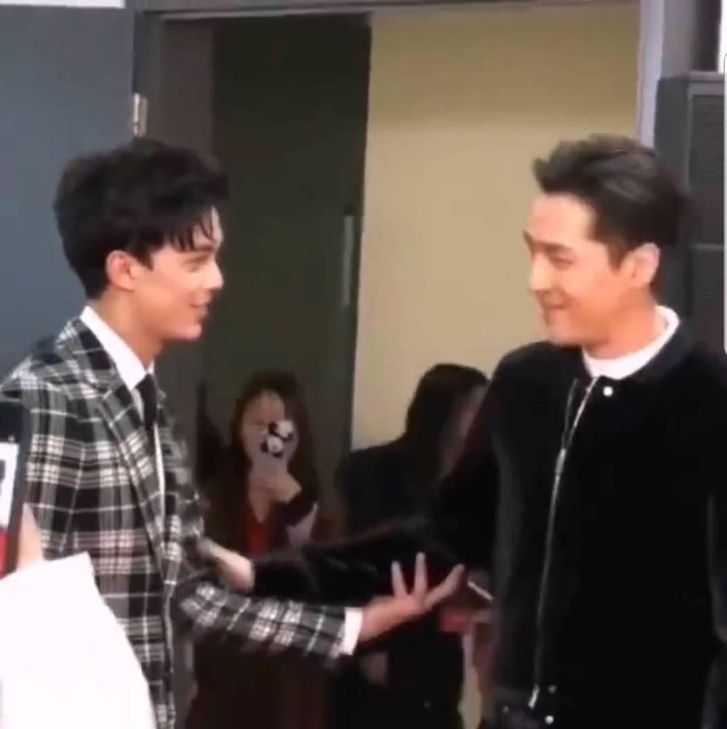 胡歌(右)與吳磊在活動上相見歡。圖/截圖自微博