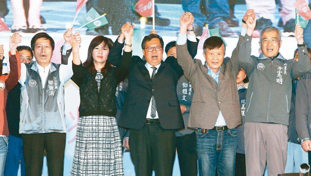 民進黨在九合一選舉中大敗,桃園市長鄭文燦(中)雖然連任成功,但是沒有大肆慶祝,只...