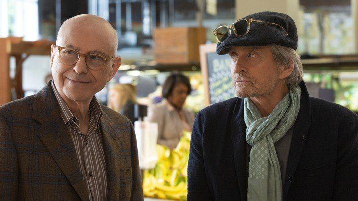 麥克道格拉斯(右)以新戲「好萊塢教父」再拿下一座金球獎。圖/摘自Netflix