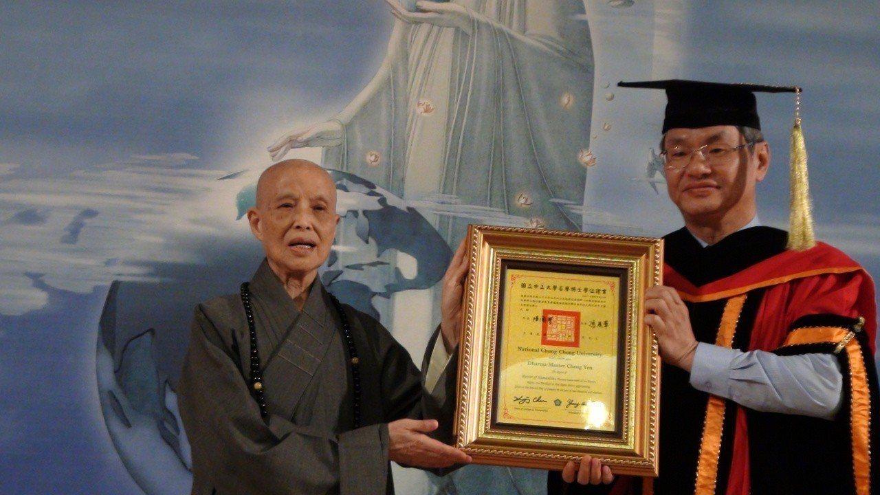 校長馮展華(右)頒授證嚴法師(左)名譽文學博士學位。記者謝恩得/攝影