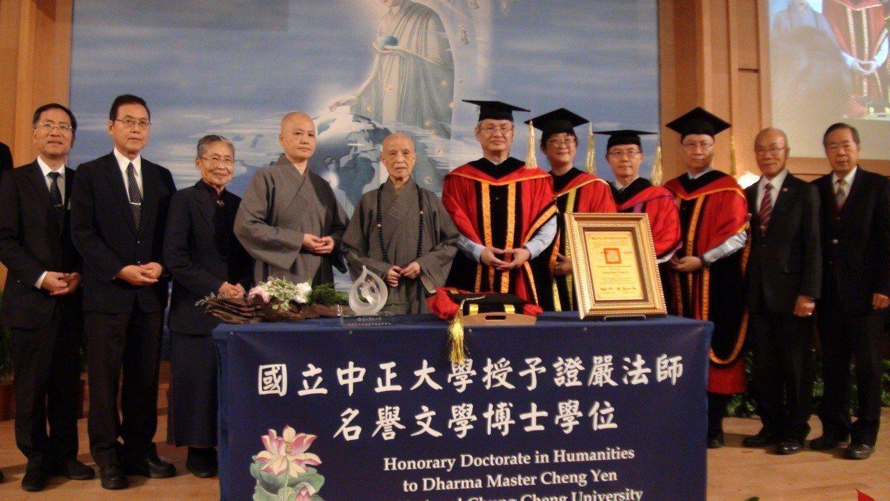 中正大學今天特別頒授證嚴法師「中正大學名譽文學博士學位」。記者謝恩得/攝影