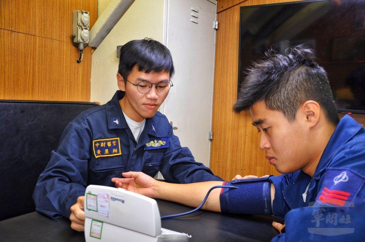 海軍司令部日前披露海虎潛艦潛航訓練過程片段,艦上目前有國防醫學院畢業的合格醫師黃...