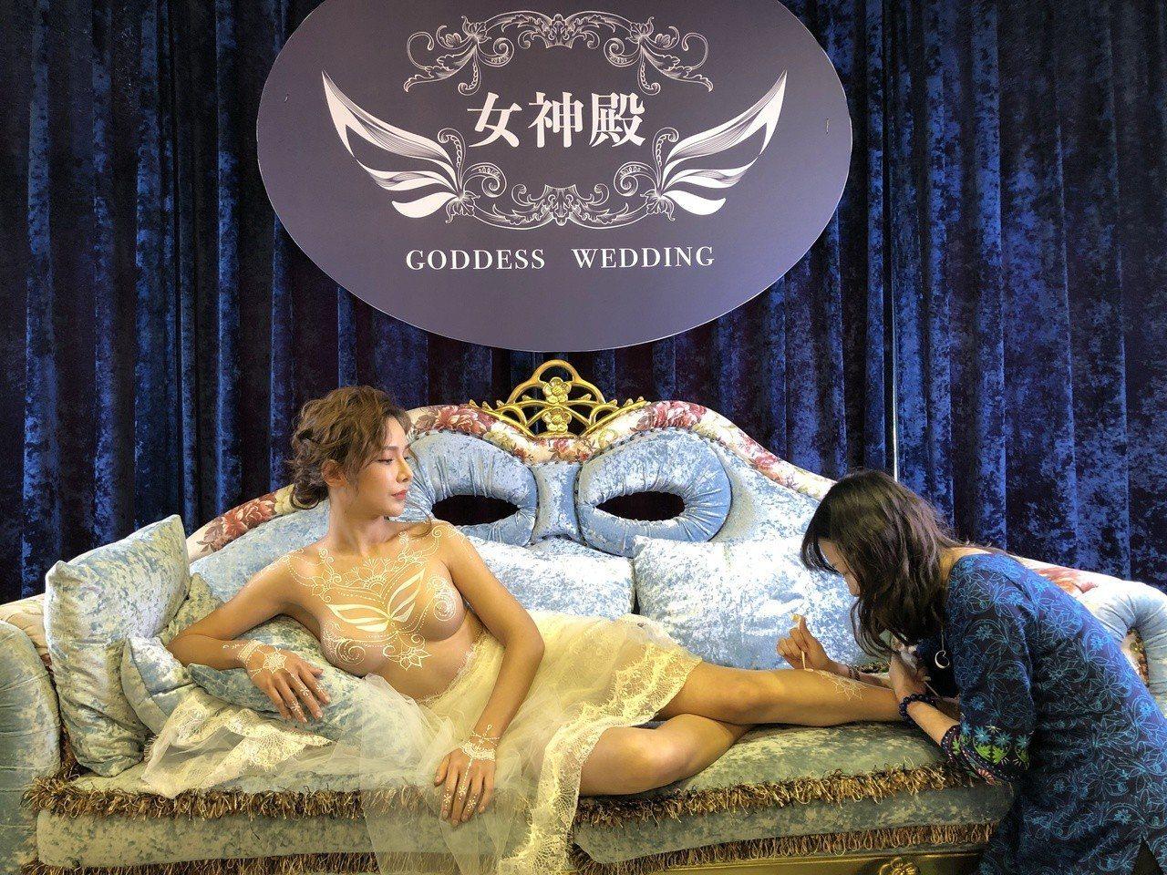 台中知名婚紗業者「女神殿」推出全台首創的三點不露人體彩繪婚紗,業者並標榜獨創的享...