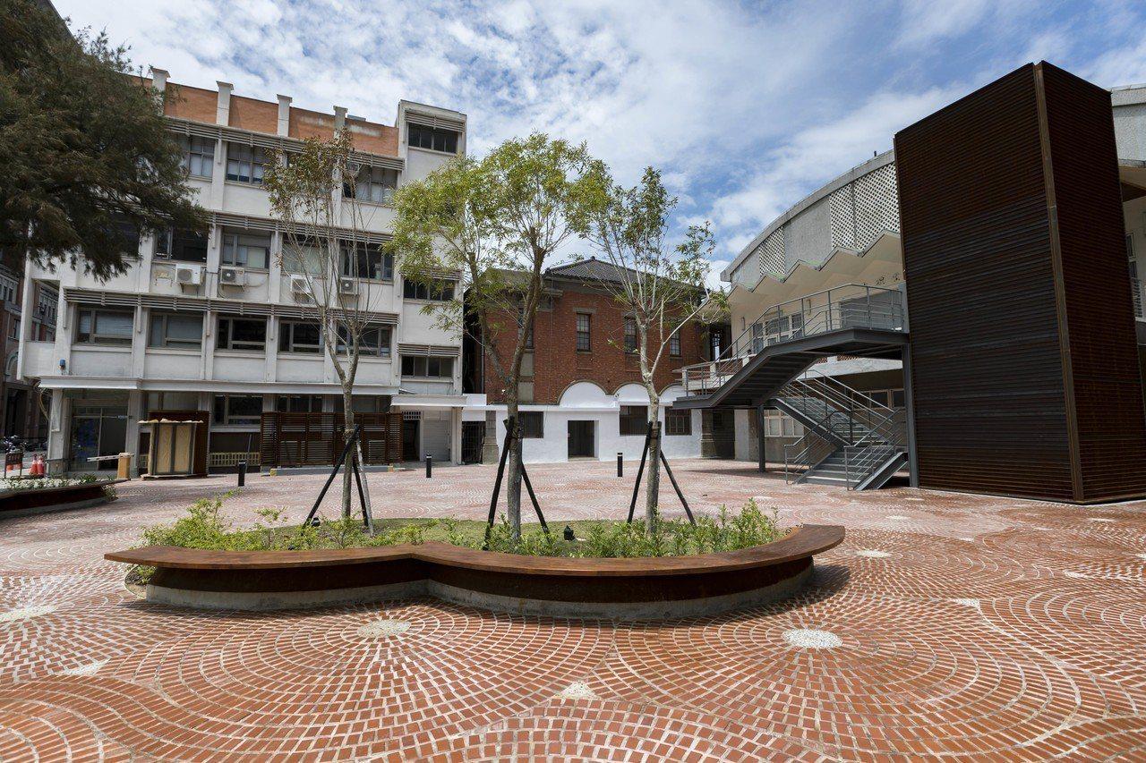 幸福廣場設計上搭配市府建築紅磚元素,透過重複交錯圓弧排列,構成複合結構,並採用精...