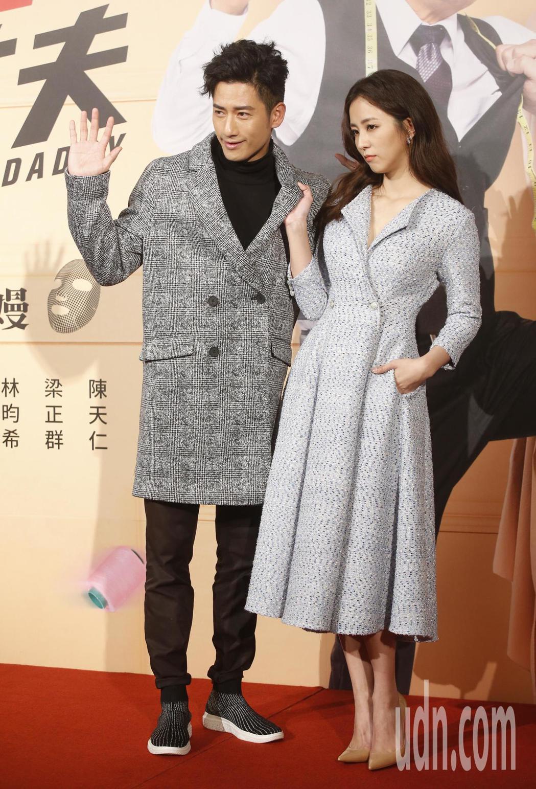 三立新八點華劇「必勝大丈夫」下午舉行首映會,男女主角周孝安(左)與周曉涵(右)。...