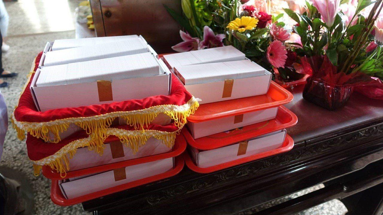 白沙屯拱天宮媽祖認同卡每一張都經過過火儀式,獲得媽祖庇佑。土地銀行/提供