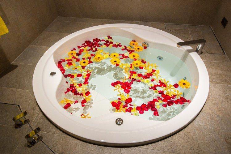 瑞穗春天國際觀光酒店建造「金色水樂園」包含泡湯、戲水共108池。記者蔡翼謙/攝影