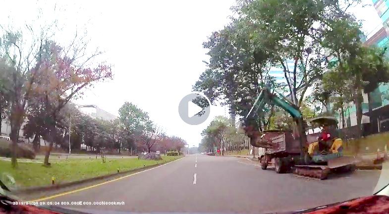 貨車上的挖土機大轉向,幸好該名駕駛車速不快,立刻切到內側車道。圖/擷取自影片