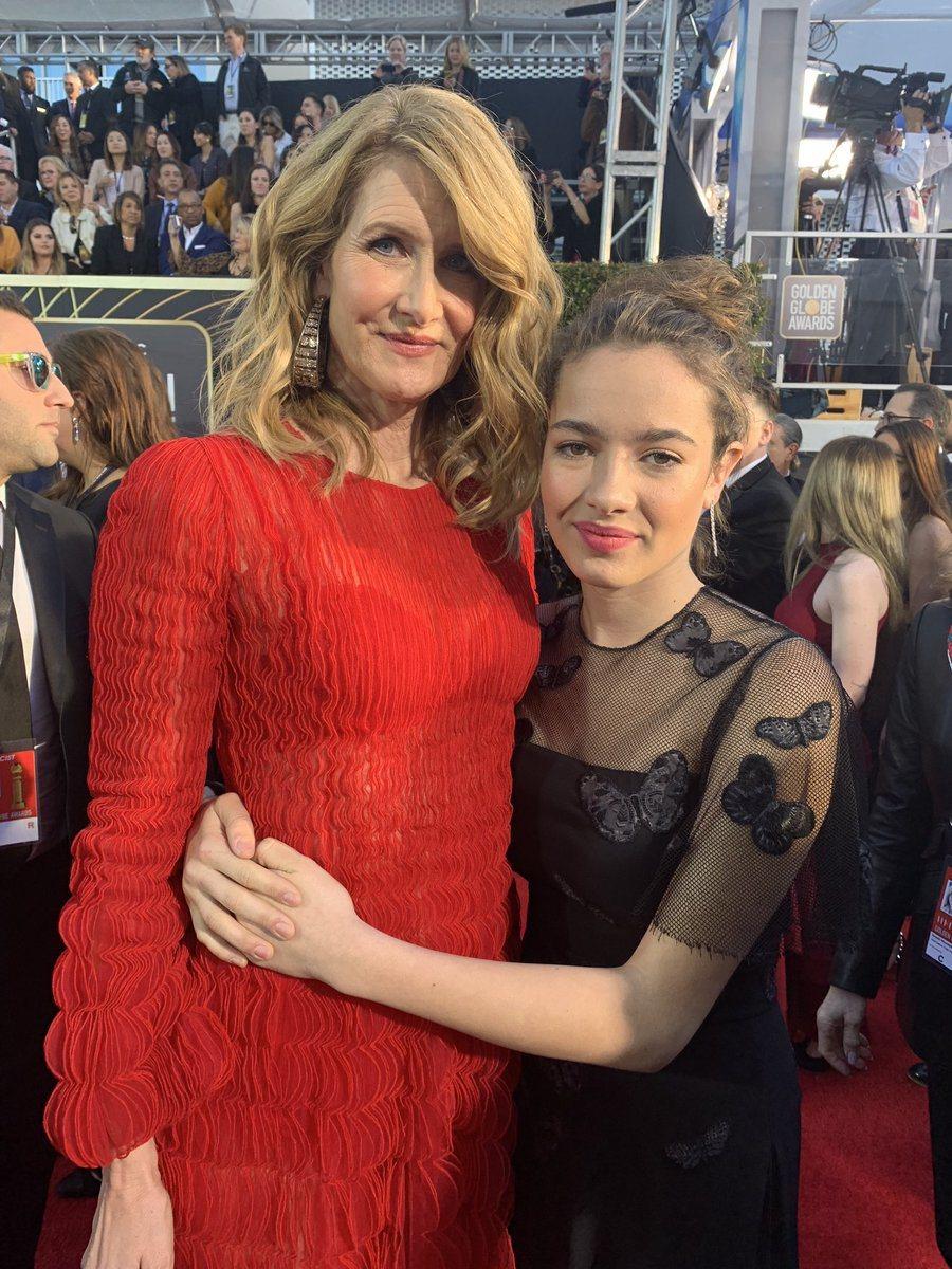 蘿拉鄧恩身穿紅色Valentino長袖禮服,與14歲的女兒Jaya Harper...
