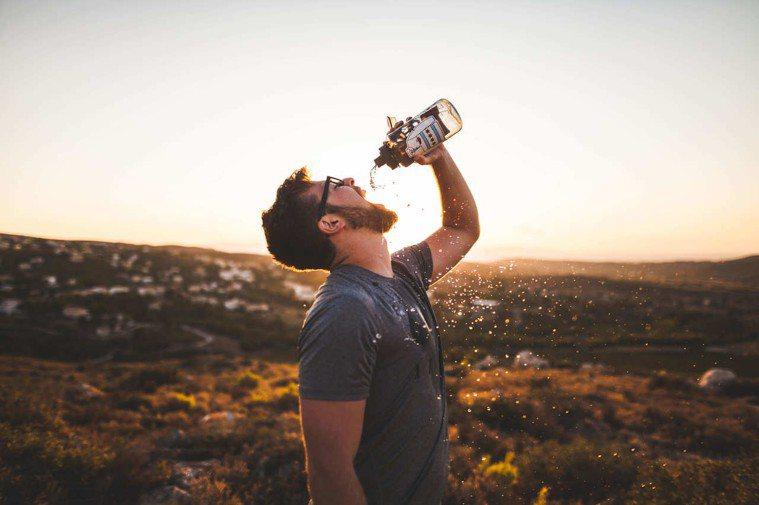 喝水。圖/摘自Pexels
