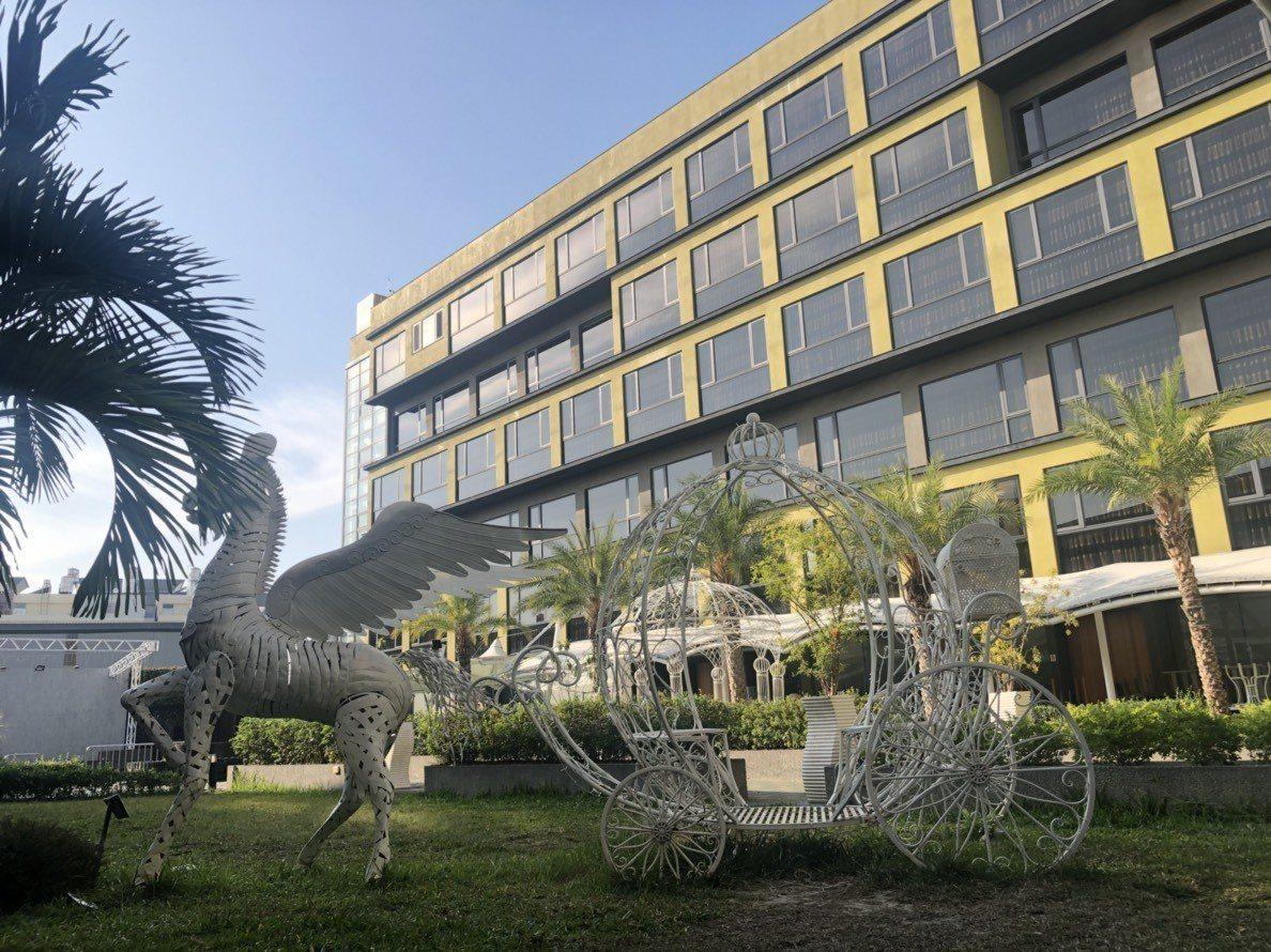 嘉義市「樂億皇家渡假酒店」規畫有240間客房,附設戶外游泳池、KTV、會議室、健...