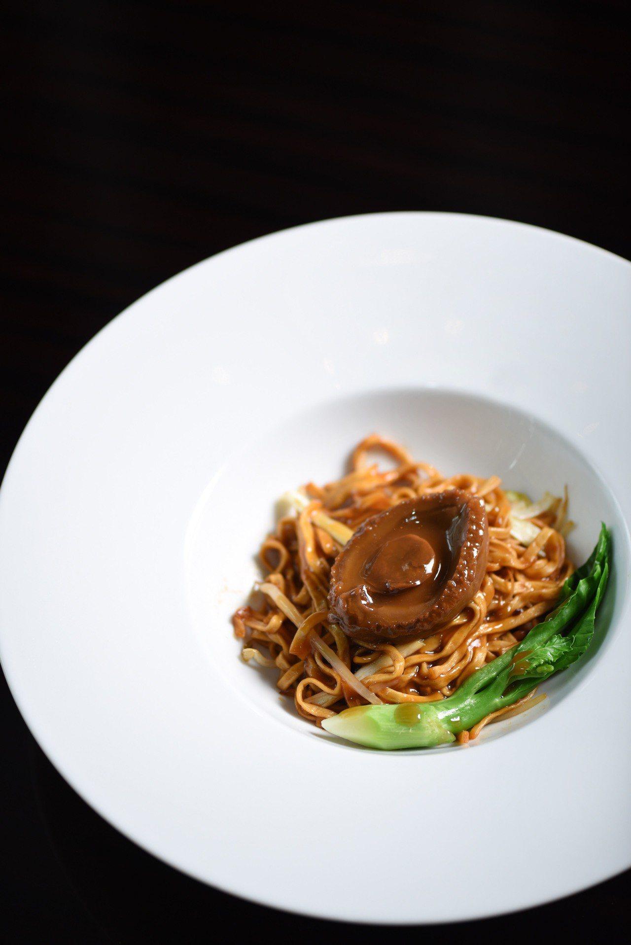 台北W飯店_極品八頭鮑魚炆伊麺。