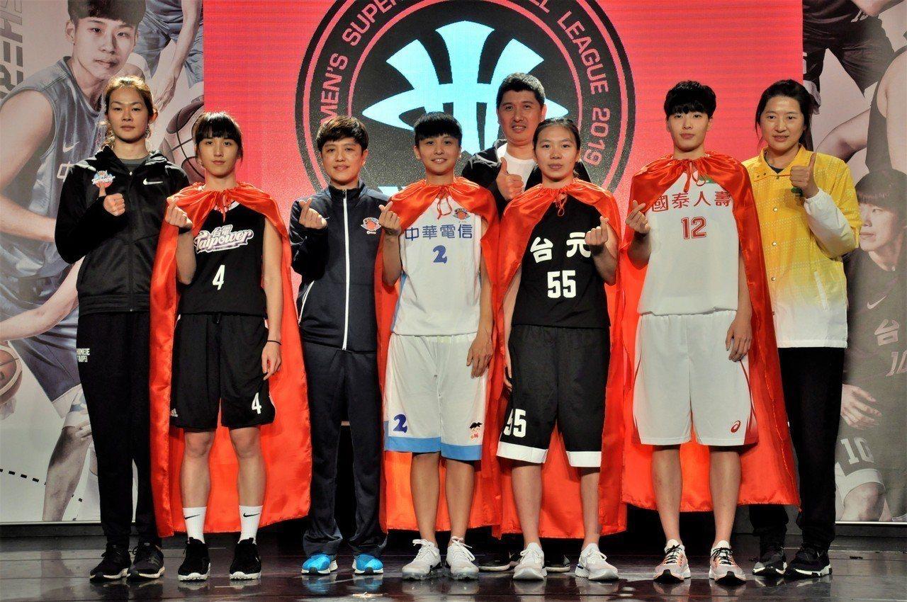 挑戰連霸的國泰女籃林育庭(右二)表示將用鋼鐵般防守悍衛戰場。記者毛琬婷/攝影