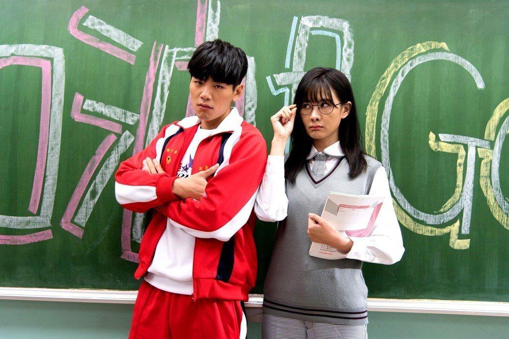 安心亞(右)、禾浩辰高中生扮相。圖/台視提供