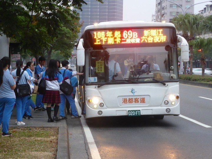 因應春節9天連假疏運,勞動部預告放寬客運業於年節、紀念日或國定假日可鬆綁七休一。...