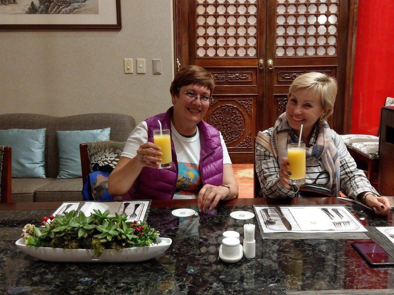 俄羅斯旅客Galina Vovna(左)、Korobova Nadya讚美台灣水...
