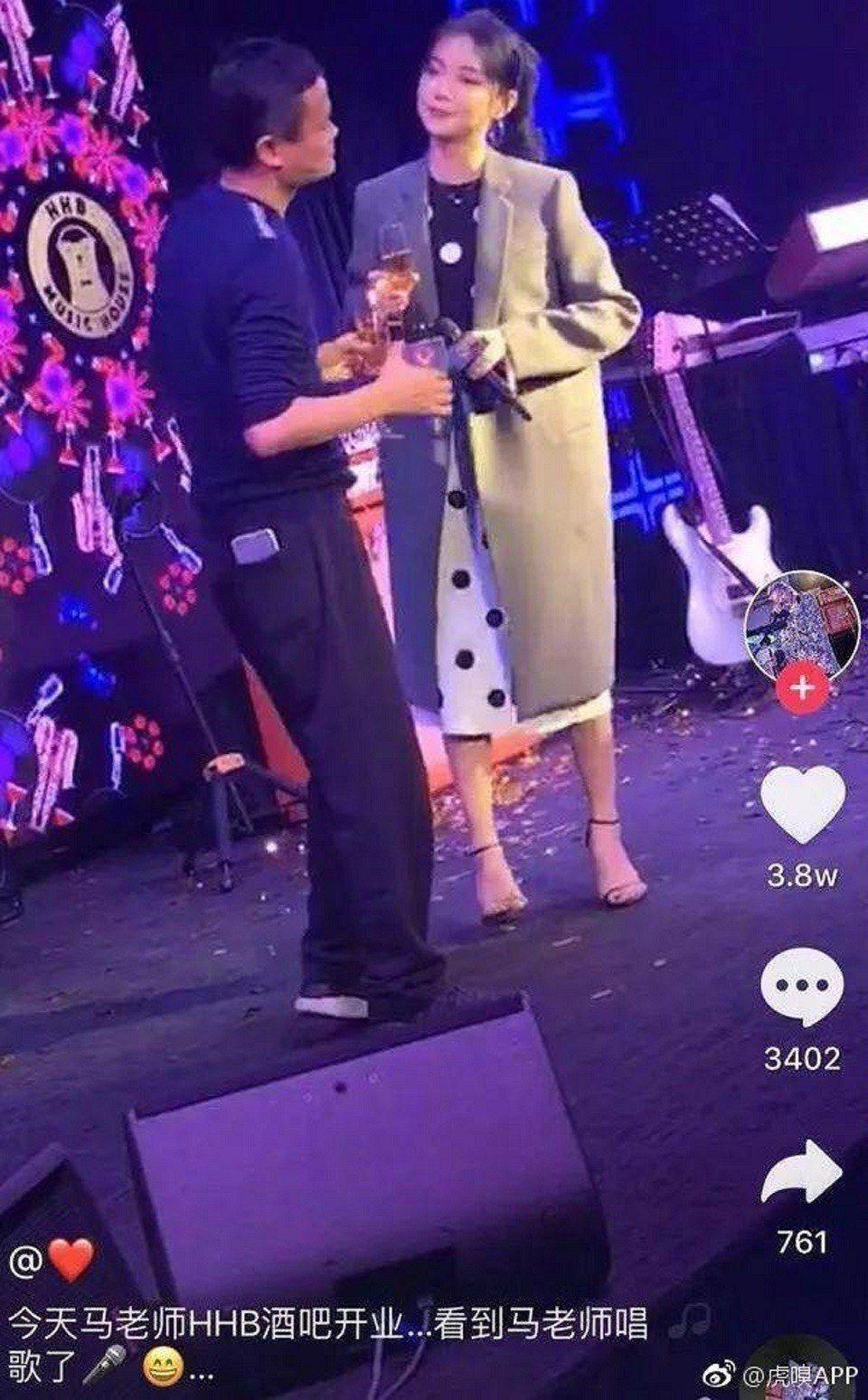 馬雲與一名女士合唱「廣島之戀」。虎嘯APP