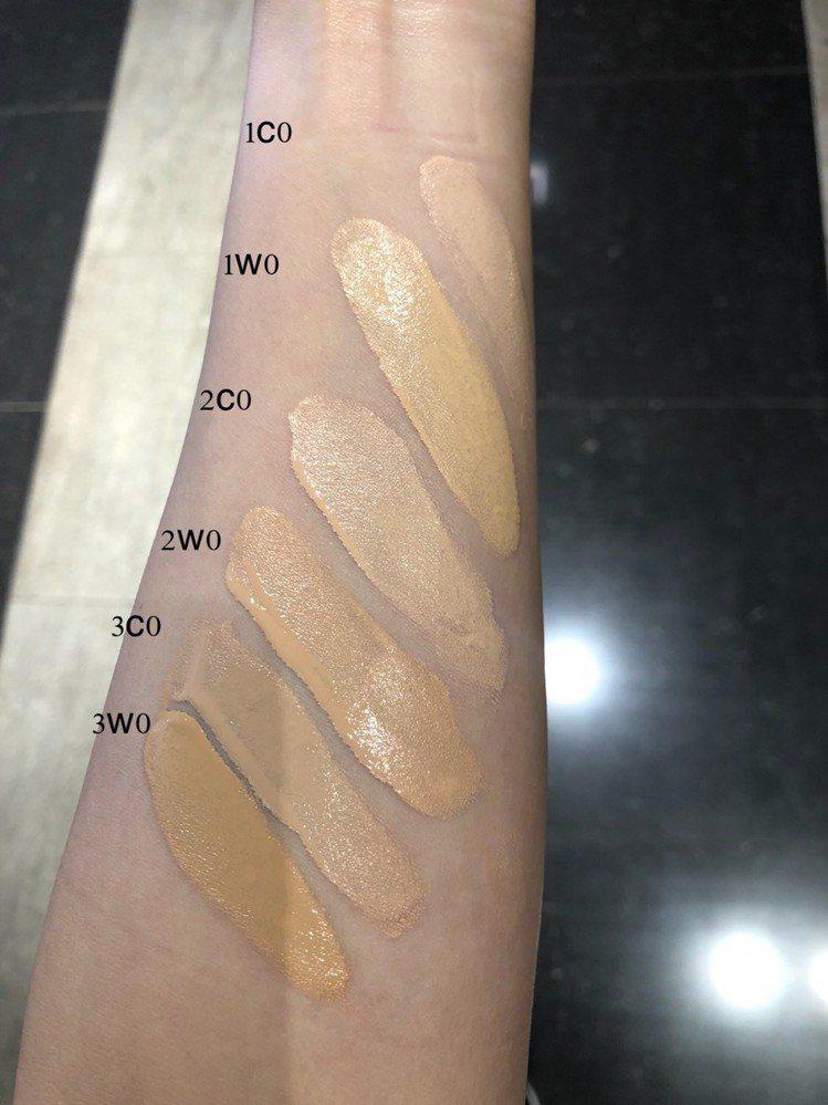 雅詩蘭黛「粉保濕訂製粉底精華」共推6色,一口氣試給大家看。圖/記者劉小川攝影