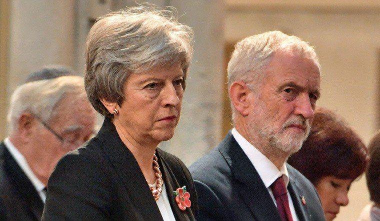 梅伊與反對黨工黨領袖柯賓(右)。法新社
