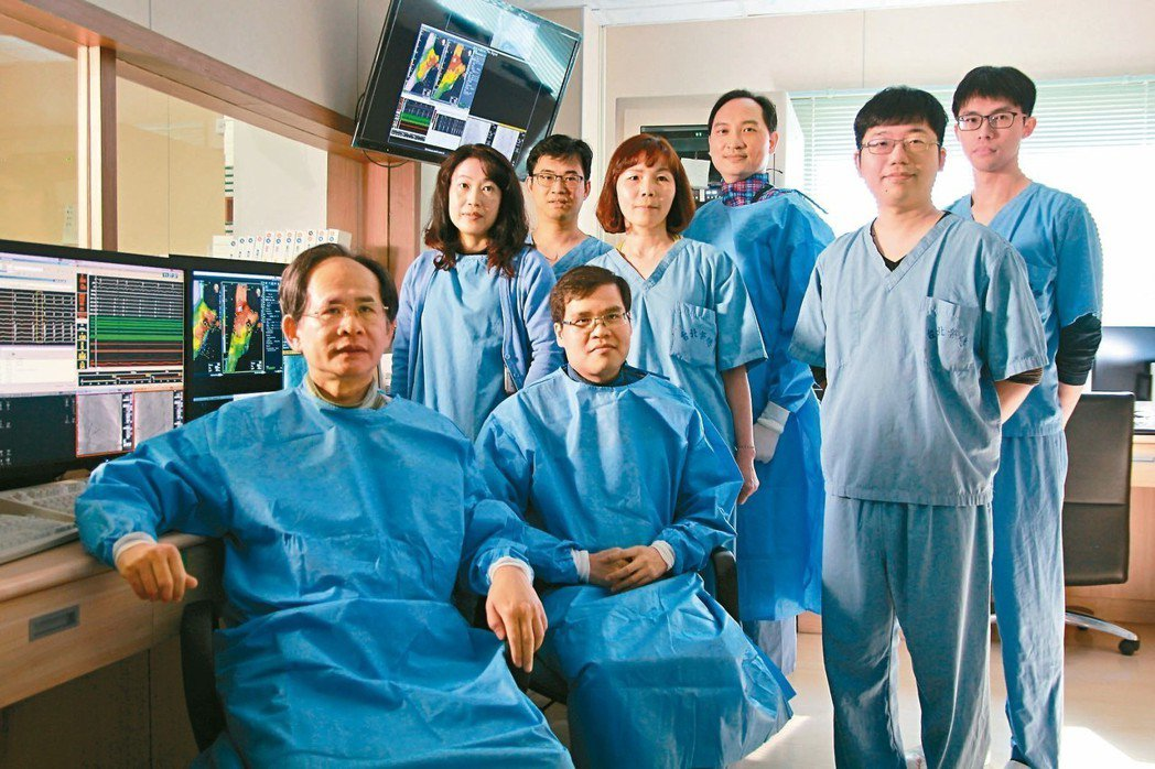台北榮總副院長陳適安(前左一)率領團隊研究發現,心房顫動低風險患者仍有中風機率,...